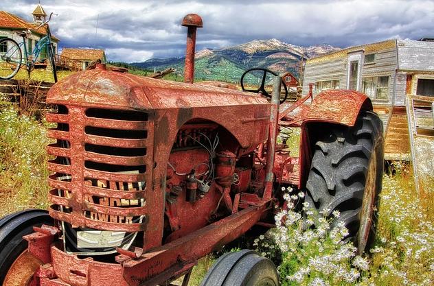 macchine agricole rotte ferme